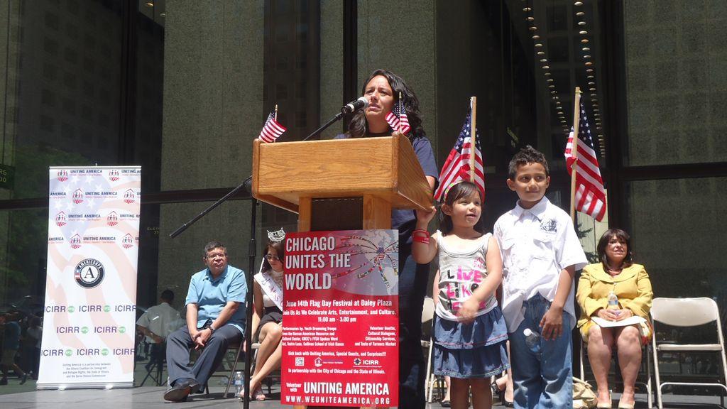 Mariuxi Benítez, quien es parte del programa Uniendo América, con sus hijos Marix Siguenza, de 5 años y Josué Siguenza, de 7 años.