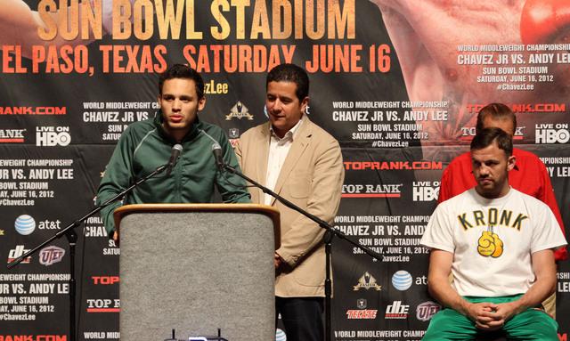 Julio César Chávez Jr. habla a la prensa mientras es observado por Andy Lee (der.) en la rueda de prensa del miércoles en El Paso.