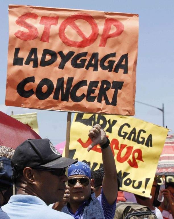 Denuncian a Lady Gaga por irrespeto a la bandera