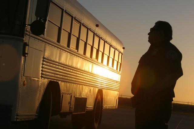 Un agente de Inmigración observa el momento en el que son repatriados a sus países de origen decenas de centroamericanos.