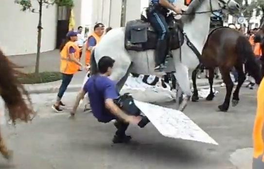 Trabajadores de limpieza en huelga chocan con la policía de Houston
