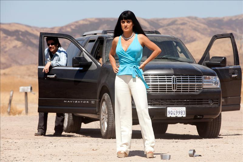 """Fotograma donde aparecen Salma Hayek y Benicio del Toro en la película """"Savages"""" de Oliver Stone."""