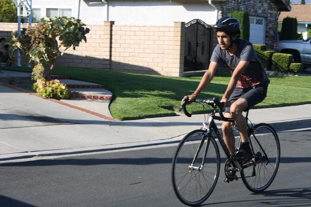 Paciente recuperado celebra bicicleteando