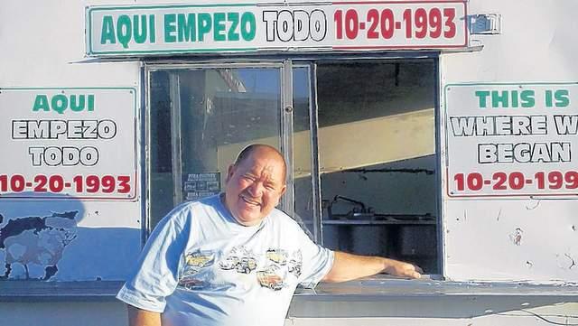 """Jesús Daniel Contreras logró el éxito económico vendiendo """"perros calientes""""  estilo Sonora."""