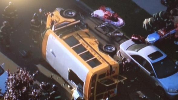 Niños heridos tras volcarse bus escolar en Queens