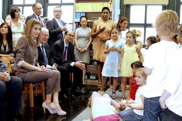 La princesa Letizia, que tiene dos hijas, escuchó con atención a los estudiantes del Colegio Emily Dickinson.