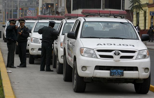 La policía patrulla una calle de Lima considerada una ciudad insegura.