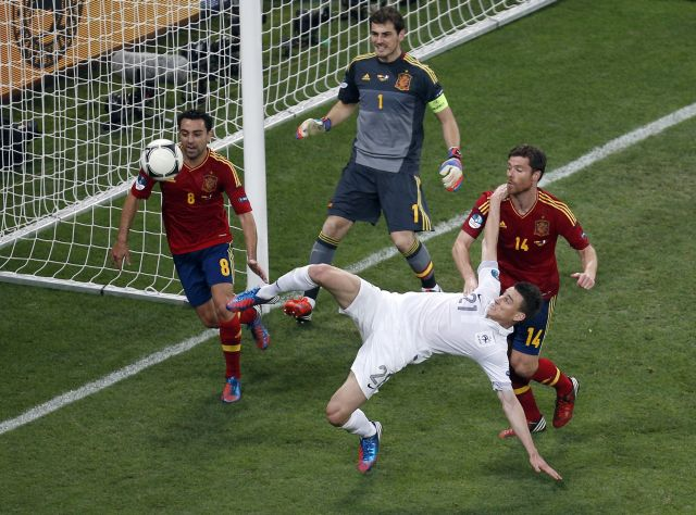 Laurent Koscielny, de Francia, intenta hacer un gol mientras lo rodean los españoles Xavi Hernández, Iker Casillas y Xabi Alonso.