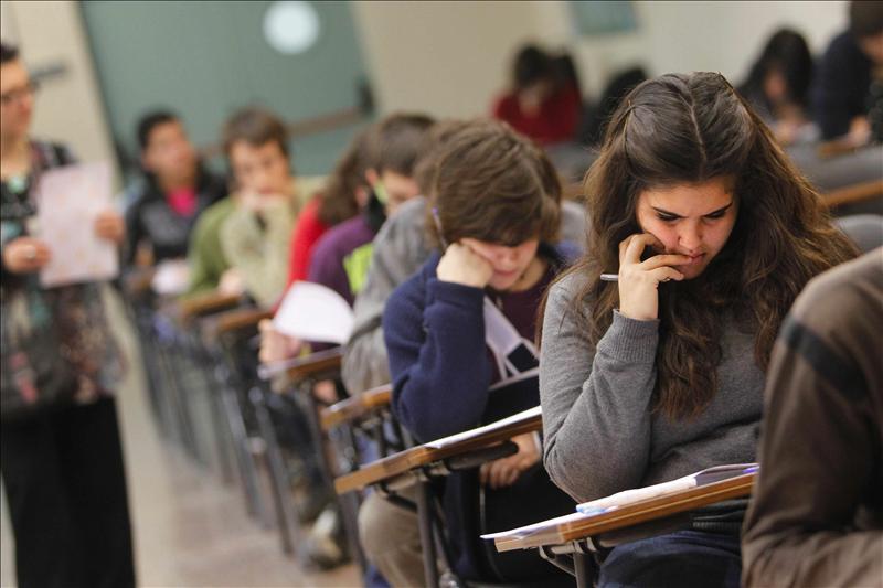 Hispanos de California mejoran sus índices de graduación