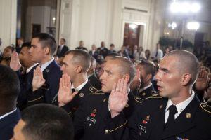 Obama otorga ciudadanía a una decena de hispanos miembros del Ejército (Fotos)