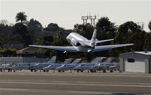 Podrían desviar vuelos de Santa Mónica por quejas de ruido (video)