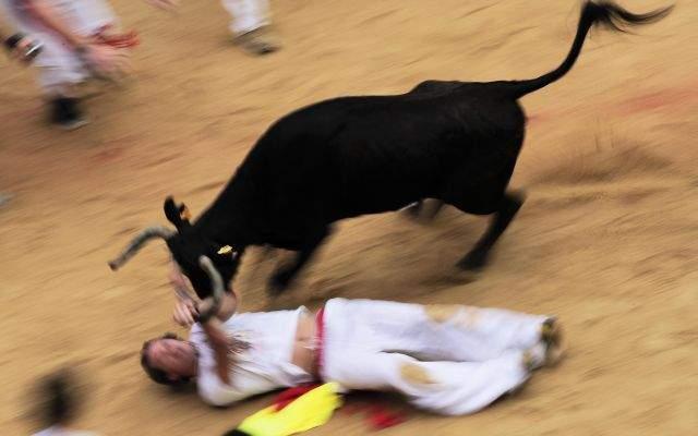 Miles corrieron hoy por tercer día delante de seis toros en el festival anual de San Fermín.