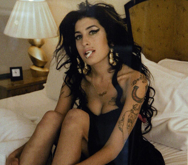 Padre de Amy Winehouse recurre a espiritistas para contactar a su hija (Video)