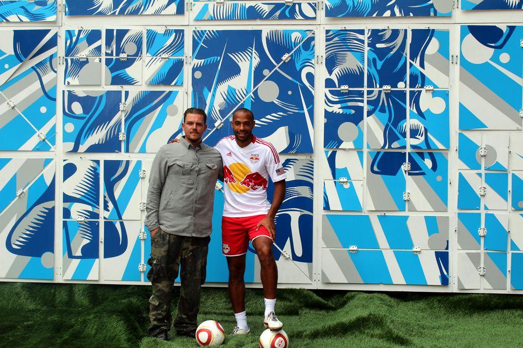 Thierry Henry devela con balonazos un grafiti en NY