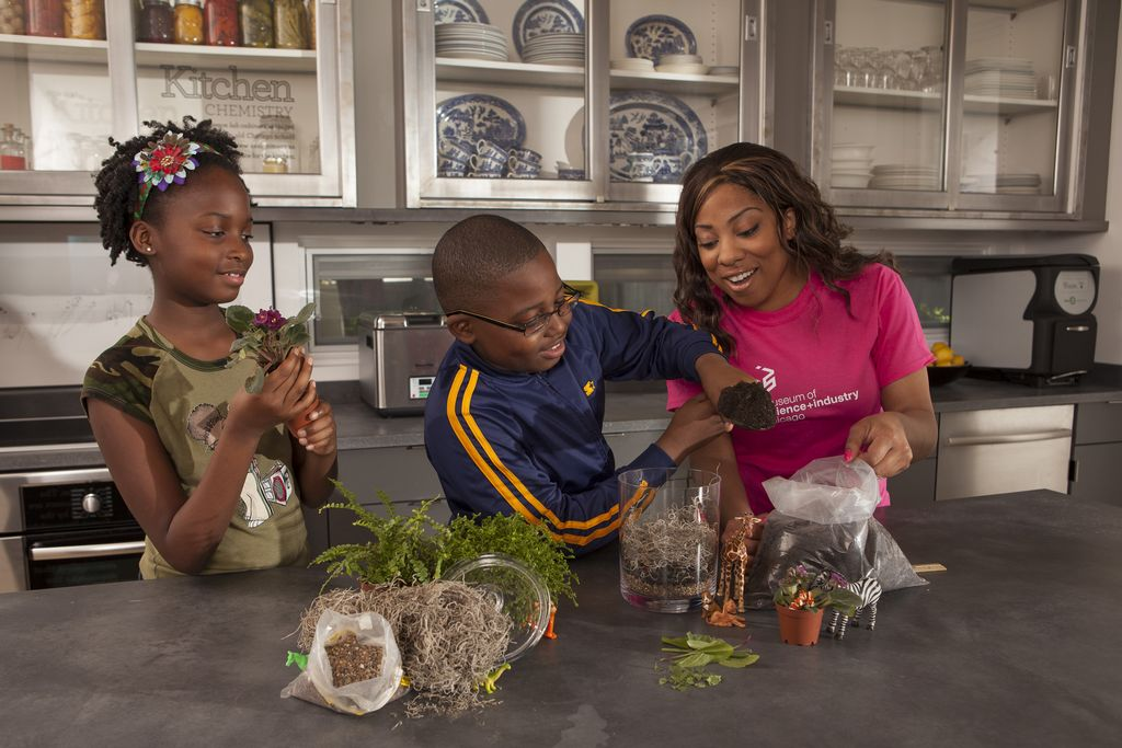 Una familia realiza uno de los experimentos de 'Summer Brain Games'