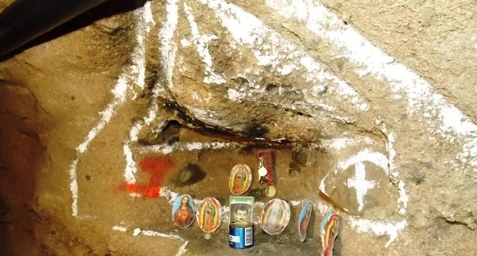 """Altar al  """"santo"""" de los narcos adornaba túnel  en Tijuana"""