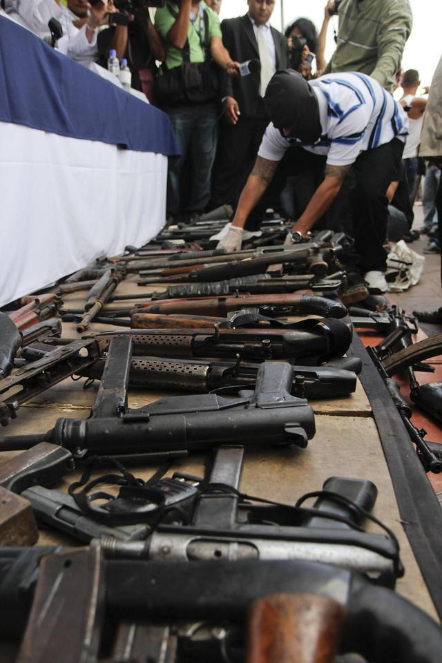 Pandilleros salvadoreños  entregan  al menos 87 armas de fuego.