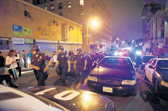 Elementos de la Policía trataron de impedir que miembros de Occupy LA pintaran con gis, mensajes en las calles.