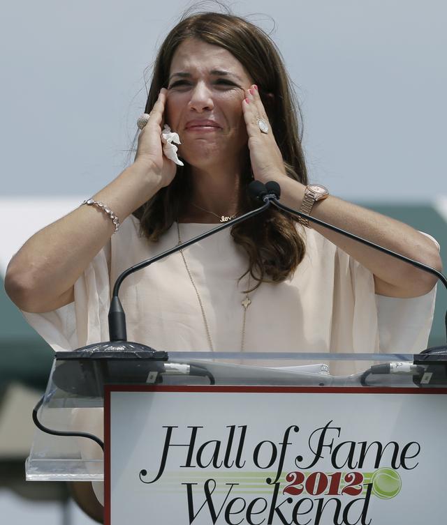 Jennifer trata de contener las lágrimas antes de hablar.