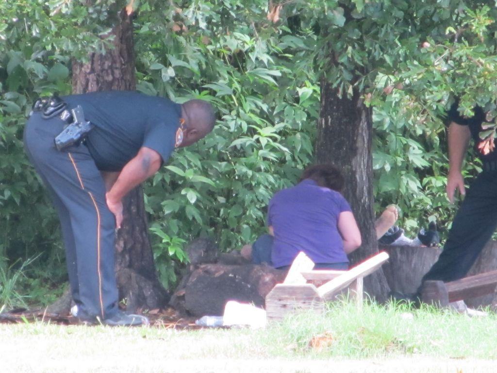 Oficiales revisan el lugar donde un relámpago azotó y mató a dos futbolistas en el parque La Escondida de Houston.