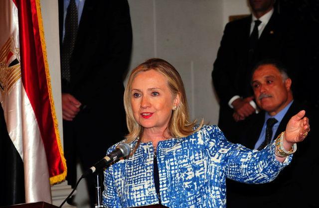 La secretaria de estado, Hillary Clinton, habla en la reapertura del consulado general estadounidense, ayer, en Alejandría (Egipto).
