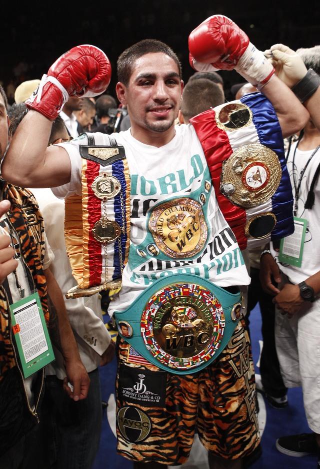 Danny García presume el cinturón tras ganar a Khan.