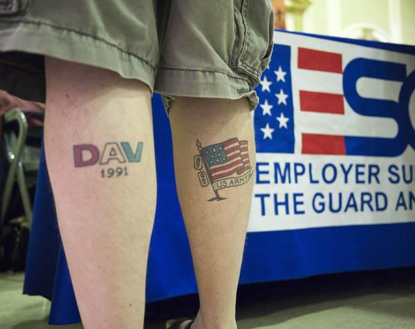 Un veterano de guerra desempleado asiste a una feria de trabajo en Nebraska.