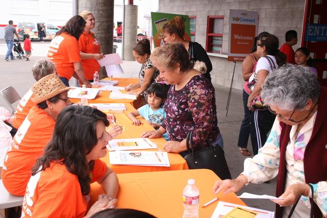 Asistentes a la feria recibieron información sobre los servicios que ofrece el condado de San Diego.