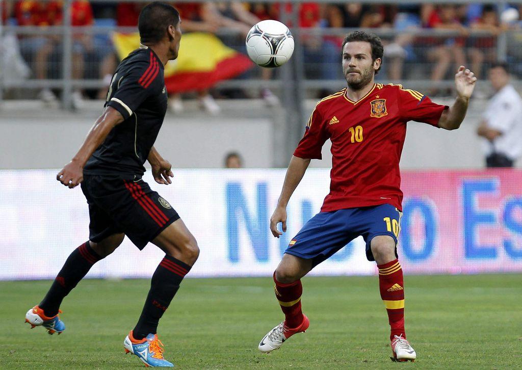 Carlos Salcido enfrenta a Juan Mata del Chelsea.