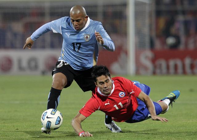 El recio volante Egidio Arévalo (izq.) confía en que Uruguay brillárá en Londres tras estar ausente de los Juegos por un largo tiempo.