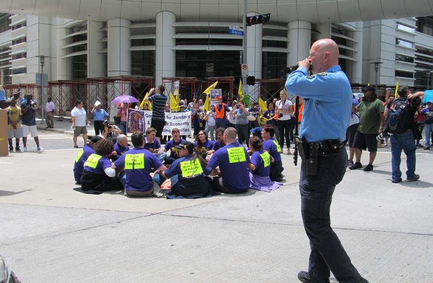 Trabajadores de limpieza bloquean calles en Houston