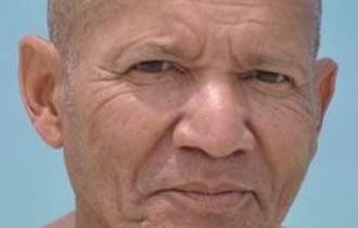 La persona es descrita como un hispano de 79 años, identificado como Ely Semidey, con domicilio en el 12 Oak Ridge Drive, Putnam Valley, Nueva York.