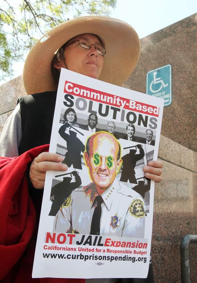 Varios grupos de manifestantes  insistieron en que no es necesario construir más cárceles.