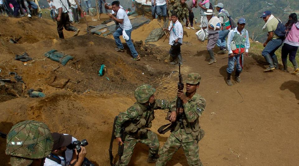 Policías antimotines retoman bases ocupadas por indígenas colombianos