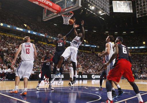 Luol Deng de Chicago y Carmelo Anthony de los Knicks chocando en el amistoso.