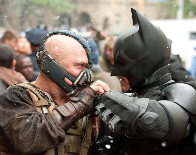 Los actores Christian Bale (der.) como Batman  y Tom Hardy como Bane.