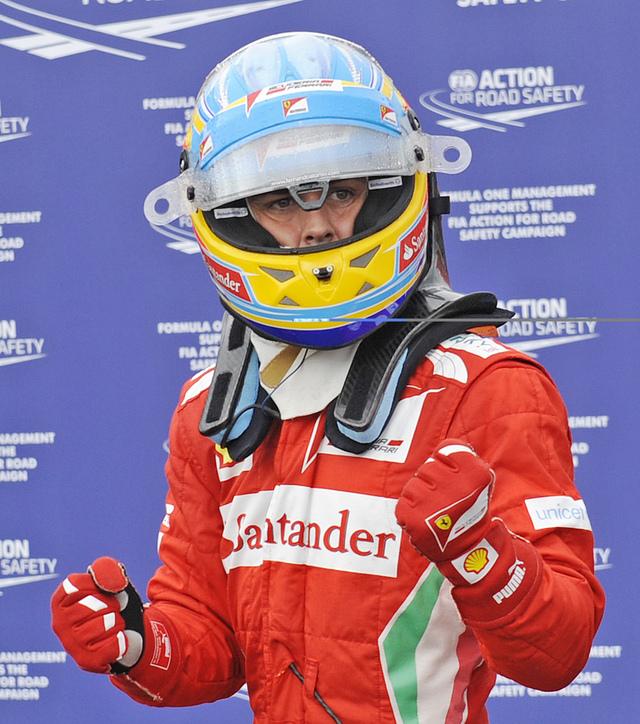 Fernando Alonso cierra los puños en señal de victoria.