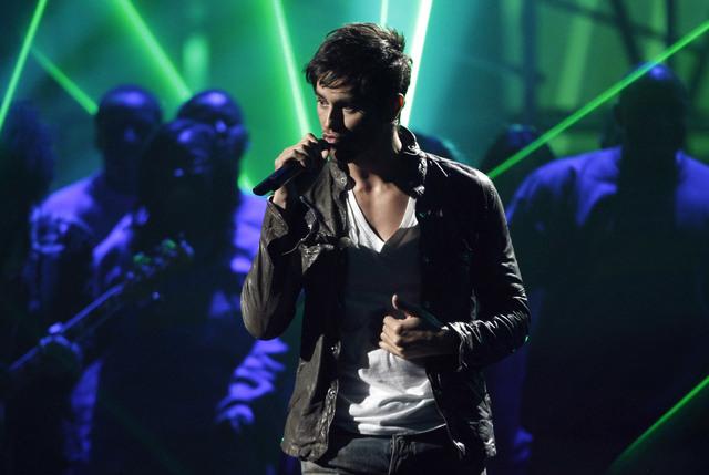 Enrique Iglesias asegura que le gusta subirse al escenario y cantar con sus fans.