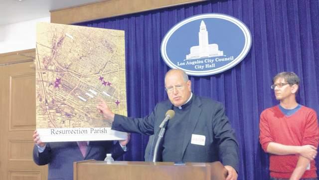 El sacerdote John Moretta muestra un mapa de los sitios a los que han llegado dispensarios donde se vende el producto.