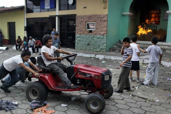Niños guatemaltecos juegan en las calles tratando de ignorar los problemas que los rodean.