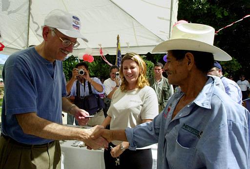 Consultan a salvadoreños en LA sobre inversión