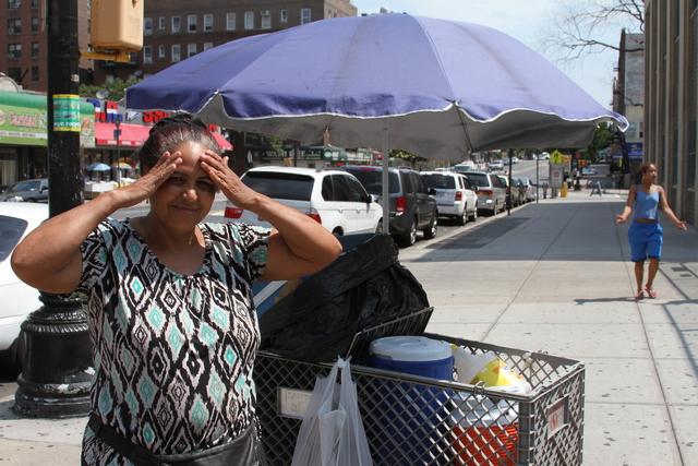 Una vendedora ambulante de Los Ángeles bajo el sol durante una ola de calor.