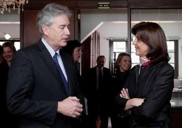 Burns ofrece $50 millones a víctimas colombianas