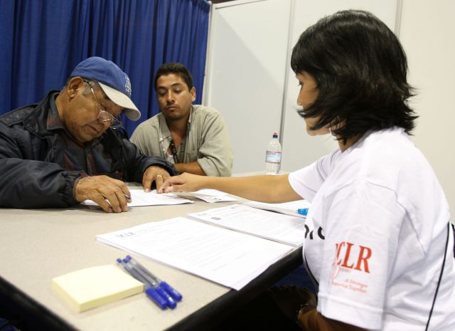 Recortes a programas laborales perjudicarían más a trabajadores latinos, según encuesta