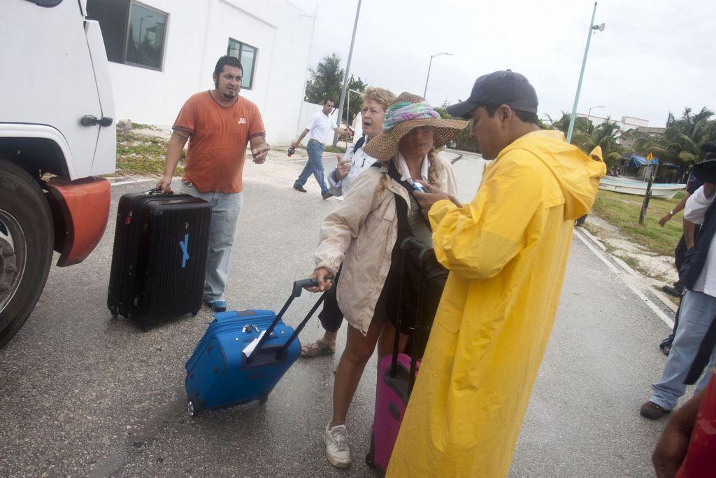 Huracán Ernesto azotaría esta noche la penísula de Yucatán