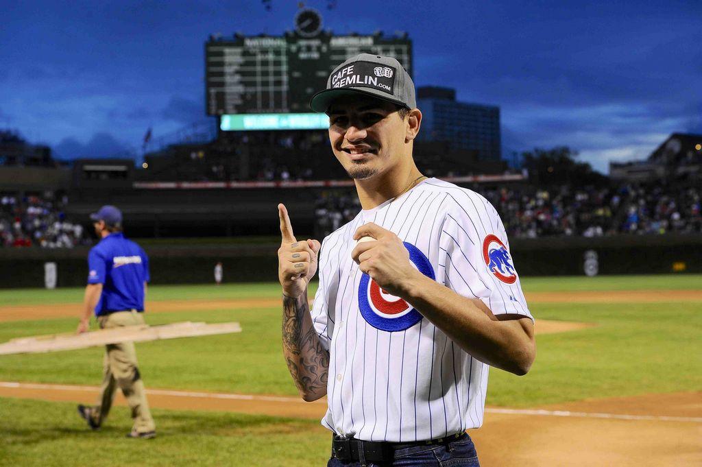 """Boxeador """"Da Bomb"""" George lanza primera bola en los Cubs (Fotos)"""