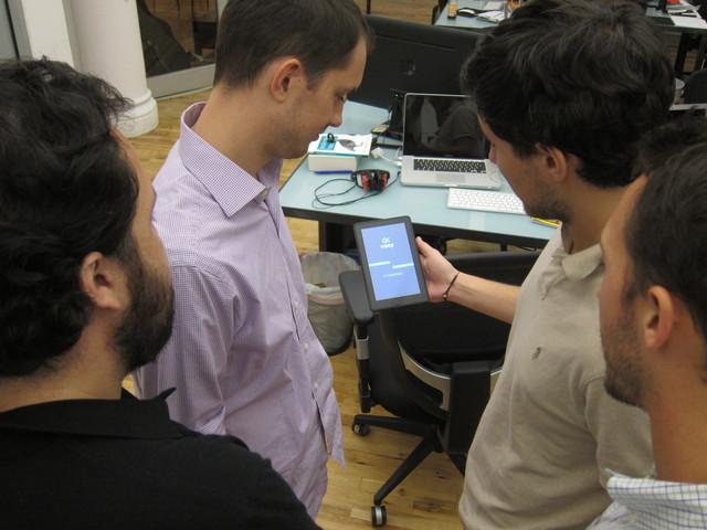 Usuarios de Voxy usan su tableta o teléfono para poder aprender el inglés.
