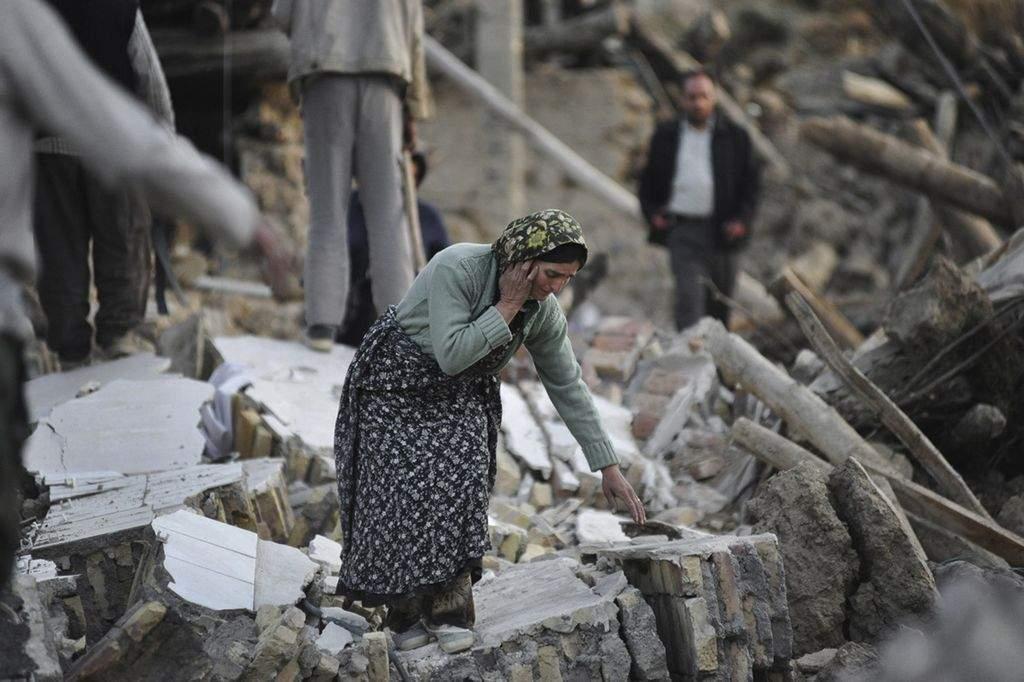 Aumentan a 250 los muertos por terremotos en Irán (Fotos)