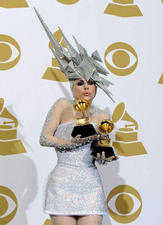 Con un SMS, Lady Gaga encarga sombreros a Philip Treacy (fotos)
