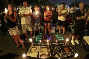 Fans hacen vigilia en honor a Elvis